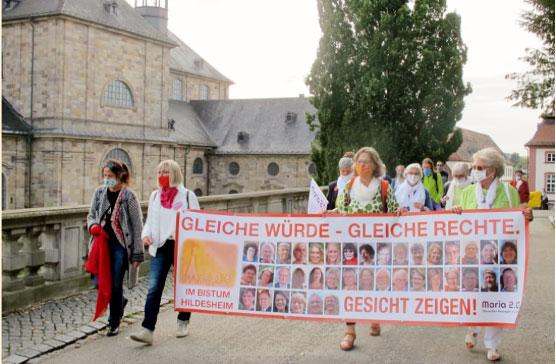 Gleiche Würde – Gleiche Rechte. Gesicht zeigen! Dieses Bild von der Demo anlässlich der Bischofskonferenz in Fulda erzeugte ein großes Presseecho.